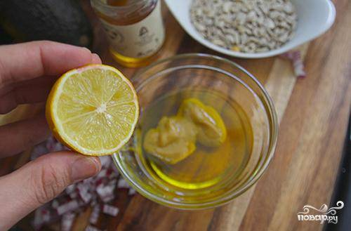 Сначала делаем соус. В маленькой миске  взбиваем мед, горчицу, лимонный сок и оливковое масло.