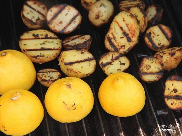 5. Вымойте и обсушите лимоны. Нарежьте их пополам и тоже выложите на гриль.