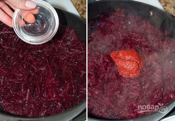 6. На сковороду тем временем налейте еще немного масла и выложите тертую свеклу. Обжарьте пару минут и добавьте уксус. Тушите еще минут 5, а после выложите томатную пасту. Томите на медленном огне еще 5-7 минут.