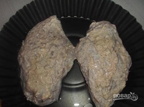Разогрейте духовку до 180-200 градусов. Форму для запекания смажьте маслом. Уложите на неё курицу, отправьте её в духовой шкаф на 10 минут.