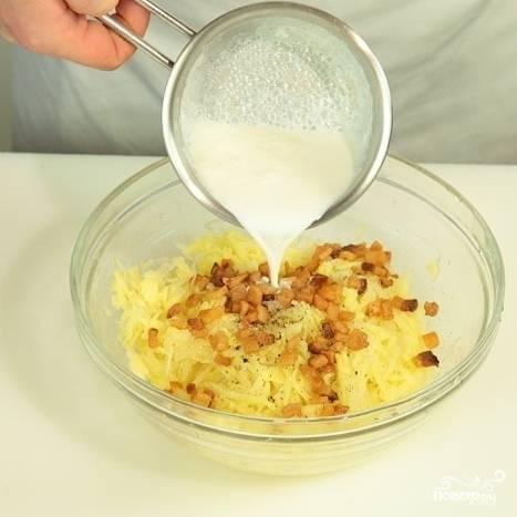 Смешайте тертый картофель и жареное сало. Добавьте теплое молоко.