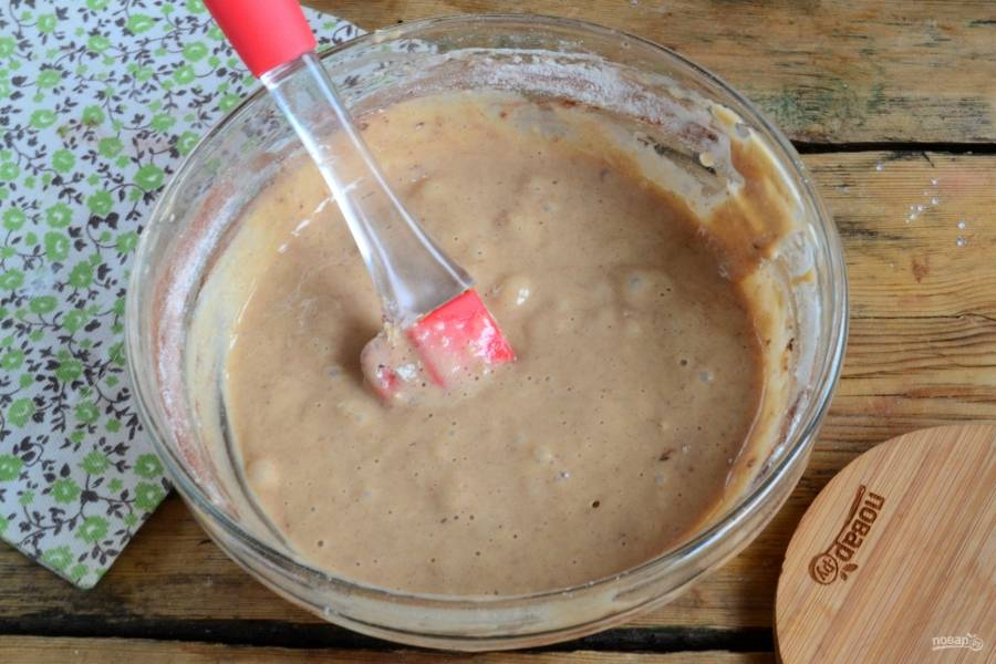 Взбейте 2 яйца до посветления массы и увеличения ее в объеме в 3 раза. Затем добавьте сгущенное молоко, немного соды и какао. В последнюю очередь всыпьте муку и перемешайте полученную массу.