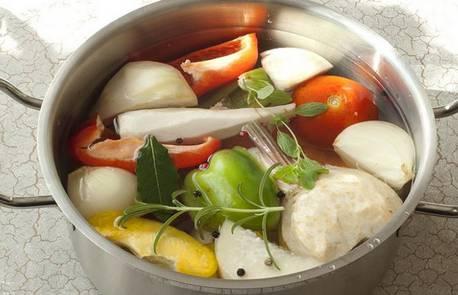 Промываем и очищаем от кожуры овощи. Крупные — разрезаем пополам. Складываем все в кастрюлю, заливаем водой. Доводим до кипения, убавляем огонь до минимума. Варим, пока овощи не разварятся. Готовый бульон процедите. Соль не кладем!
