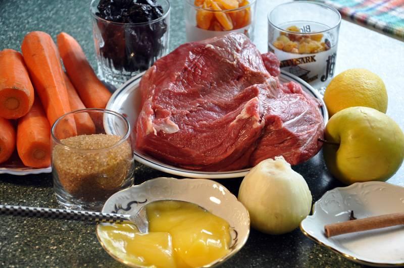 1. Приготовьте все необходимые для Ганце цимес ингредиенты. Морковь почистите и промойте, яблоки также промойте. Лук почистите. Сухофрукты залейте кипятком и слейте.