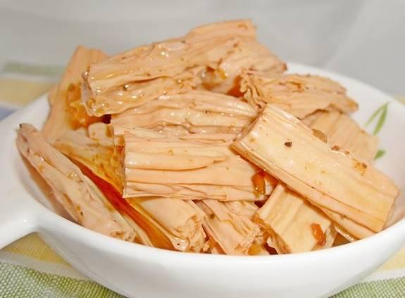 Подготовим необходимые ингредиенты. Я использую готовую соевую спаржу по-корейски.
