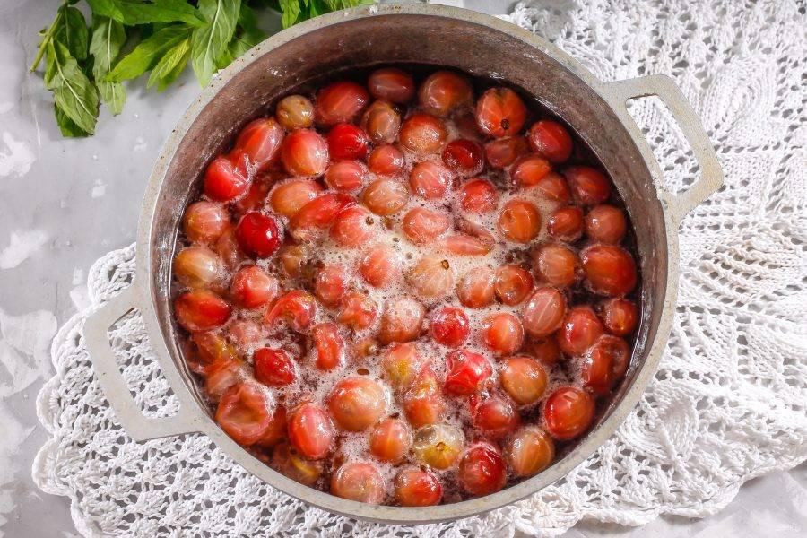 Поместите емкость на плиту и прогрейте на среднем нагреве, отсчитывая ровно 5 минут с момента закипания сиропа. На сильном нагреве не варите - все ягодки полопаются.