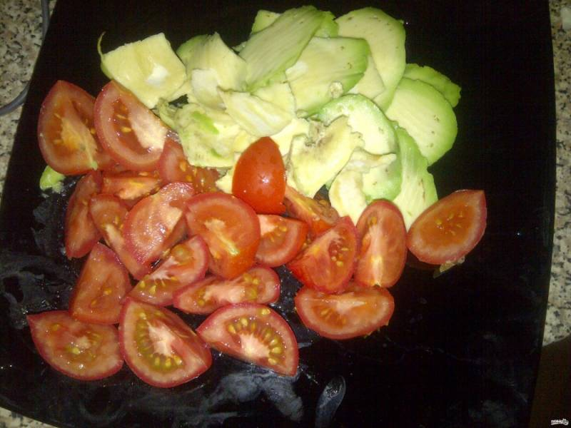Крупно порежьте помидоры, авокадо и сельдь.