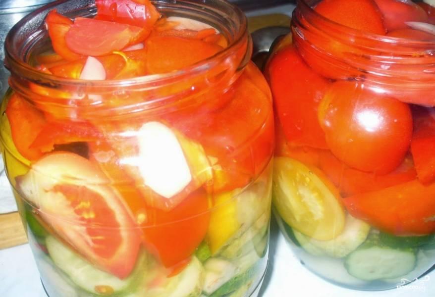2. Моем и чистим все овощи. режем их пластинками или дольками. Слоями выкладываем огурцы, помидоры и перцы в банки.