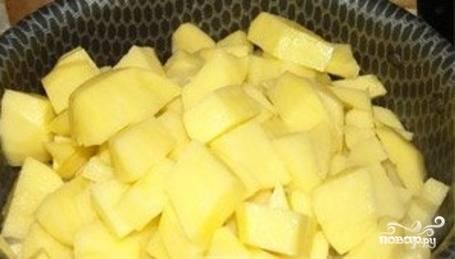 Через 5 минут добавьте нарезанный крупно картофель.
