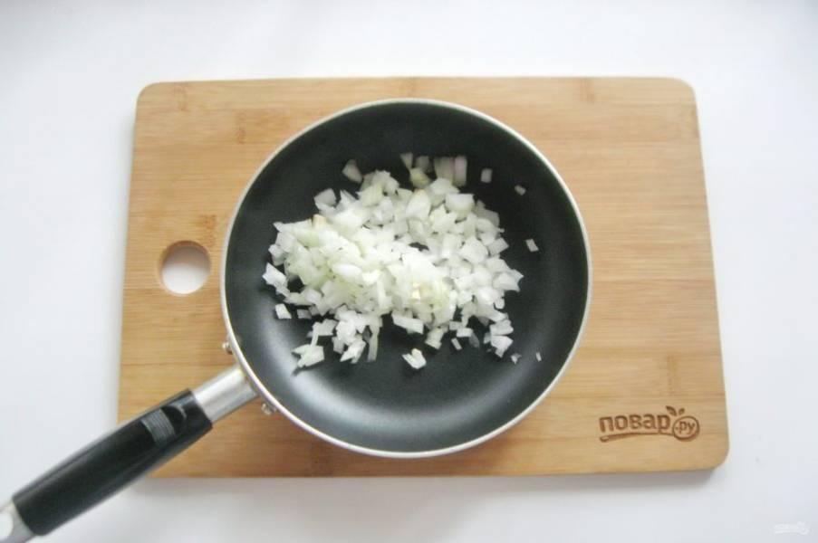Лук очистите, помойте и мелко нарежьте. Выложите в сковороду.