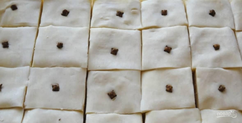 6.Разрежьте тесто на квадратики, проткните каждый гвоздикой. Выпекайте пахлаву при температуре 190 градусов в духовке (50 минут).