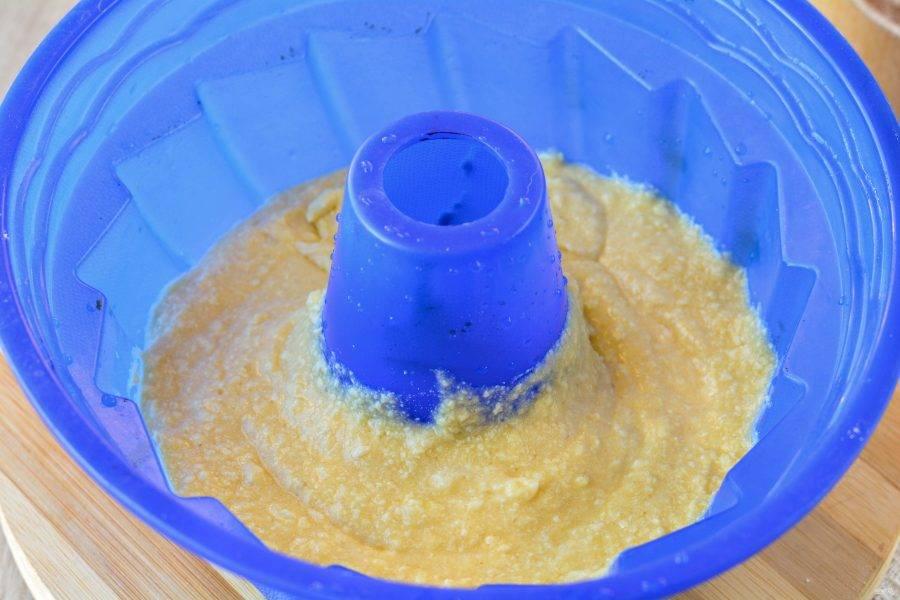 Тесто получилось не сильно густым, вылейте его в форму для кекса и поставьте выпекаться в духовку разогретую до 180-190 градусов.