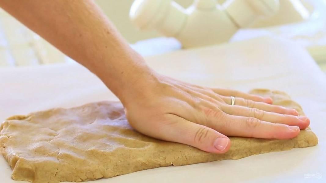 6. После этого белое тесто толстым слоем разложите в виде прямоугольника.