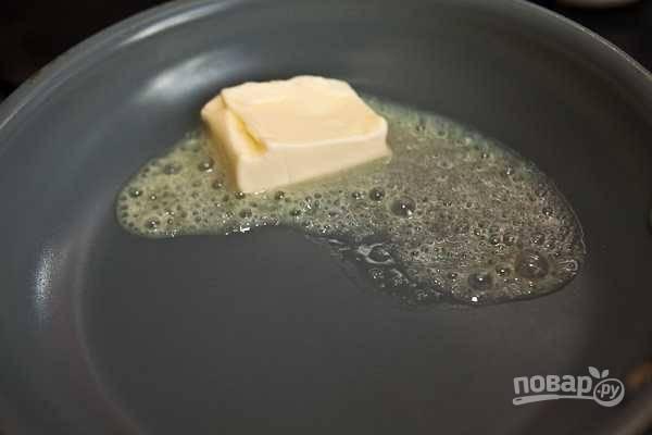 5. На сковороде растопите сливочное масло.