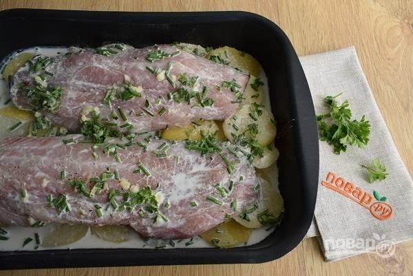Филе рыбы полейте лимонным соком, посолите и поперчите, посыпьте асафетидой и петрушкой.  В форму для запекания выложите картофель, филе рыбы, залейте сливками.