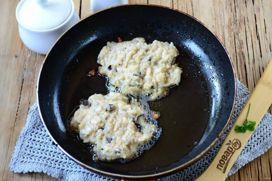 В сковороде разогрейте растительное масло, ложкой выложите небольшое количество массы для оладий. Готовьте по несколько минут с каждой стороны до образования красивой аппетитной корочки.