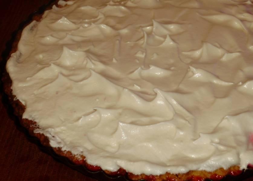3. Яичные белки взбиваем с остатком сахара в густую пену. Смазываем пирог сверху, при 200 градусах запекаем еще 5-10 минут.