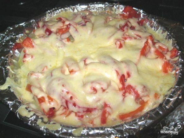 Затем в рыбку добавляем немного водички,  укрываем ее фольгой и отправляем в разогретую до 180 градусов духовку на 30 минут.  Затем рыбку достаем,  обильно посыпаем натертым сыром и отправляем обратно еще на 10 минут.