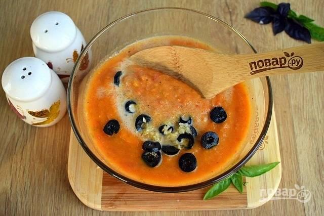 Кабачковую икру соедините с водой и сливками. Объем воды зависит от желаемой густоты супа. Добавьте измельченные зелень, чеснок и маслины, нарезанные колечками. Посолите и поперчите по вкусу, перемешайте.