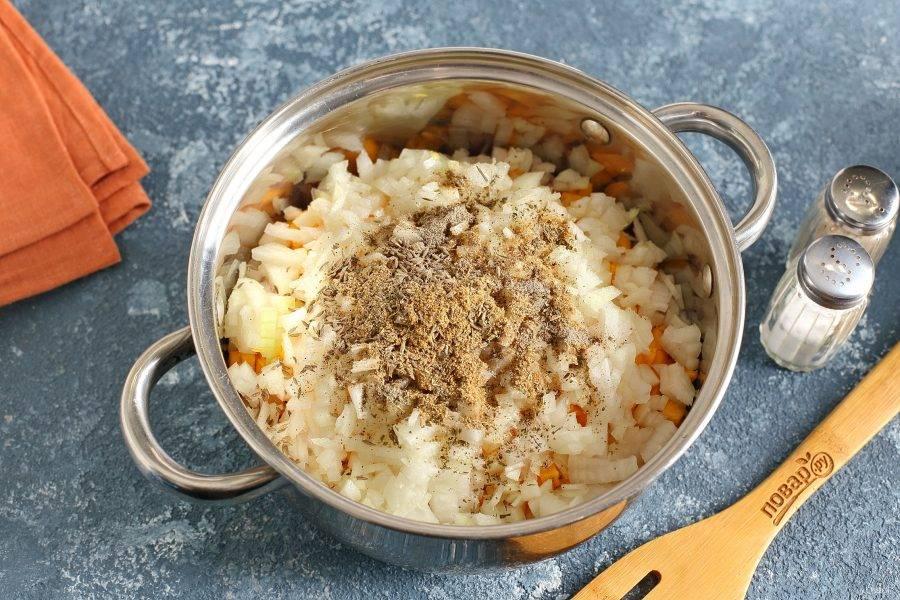 Лук максимально мелко нарежьте и добавьте к остальным ингредиентам. Соль и специи добавьте по вкусу.
