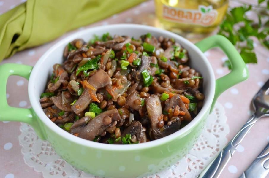 8. Чечевица с шампиньонами готова, подавайте горячей с овощным салатом. Приятного!