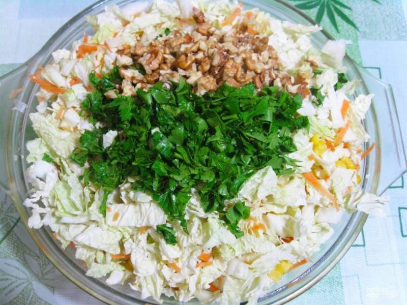 3. Очистите грецкие орехи и нарежьте их. Добавьте в салат и заправьте маслом.