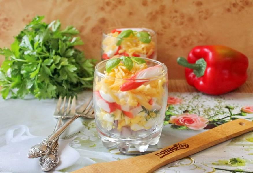 В стаканы выложите слоями: красный лук, яйца, майонез, укроп, крабовые палочки, майонез, сыр. Украсьте салат по вкусу и подавайте к столу.