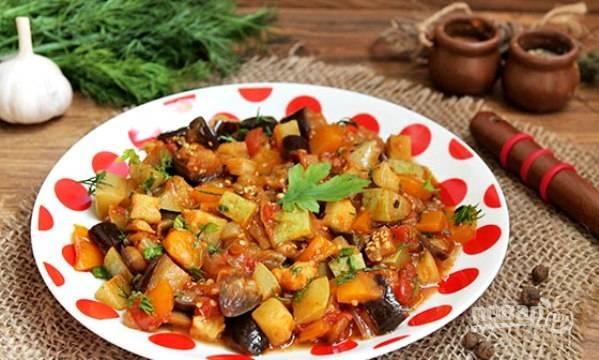 За 5 минут до готовности добавьте в рагу соль, приправы и перец. Блюдо подавайте с зеленью. Приятного аппетита!
