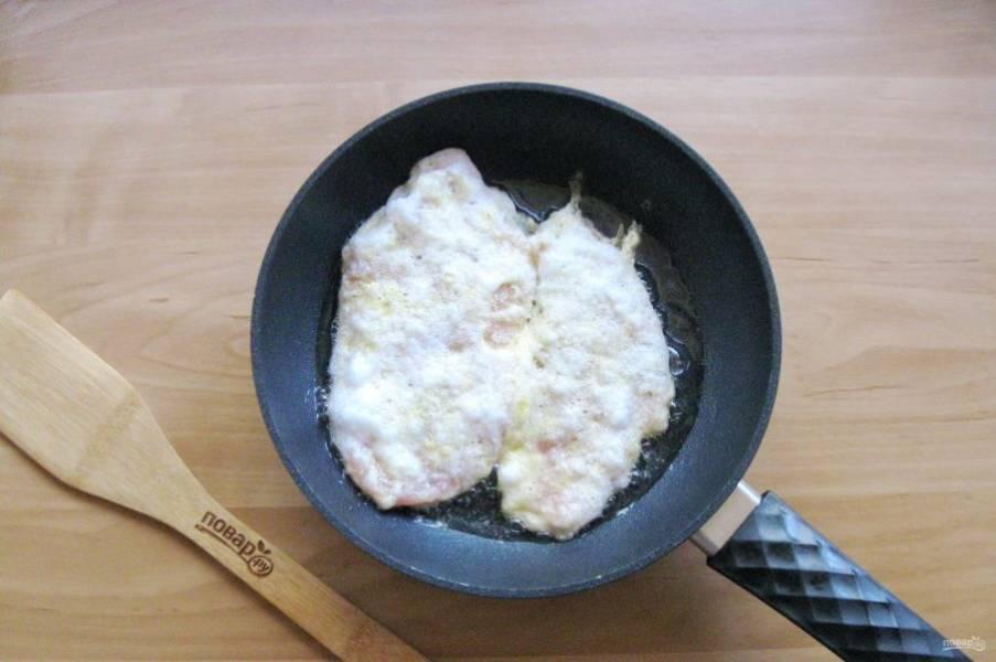 Выложите куриное филе в кляре на горячую сковороду с рафинированным, подсолнечным маслом.