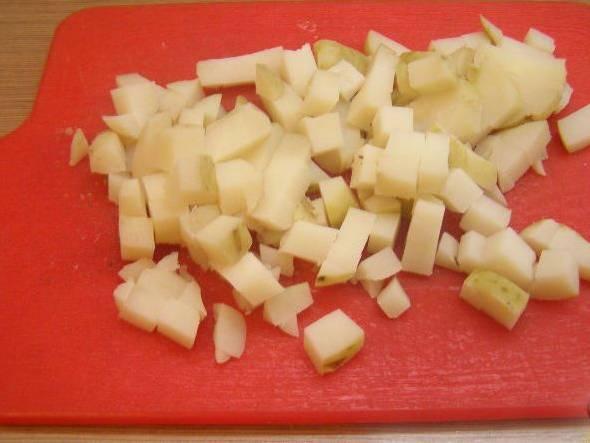 1. Картофель отварим, остудим и нарезаем кубиками.