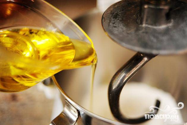 Смешивая муку залить оливковое масло.