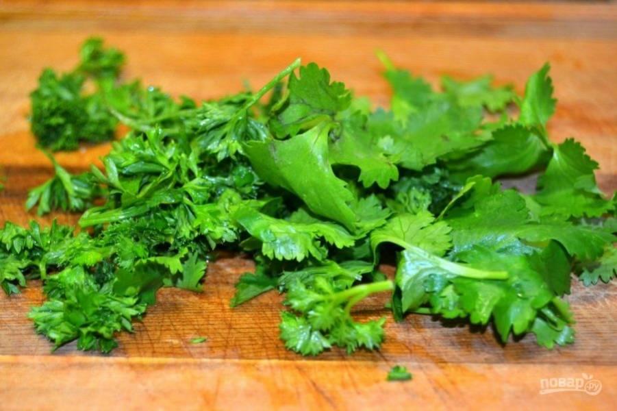 4.Нарежьте мелко кинзу и петрушку.