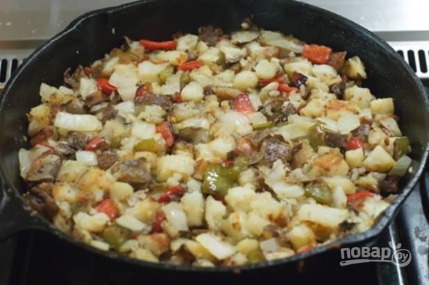 Измельчаем отварной картофель и лук, отправляем к перцу и жарим до прозрачности лука.
