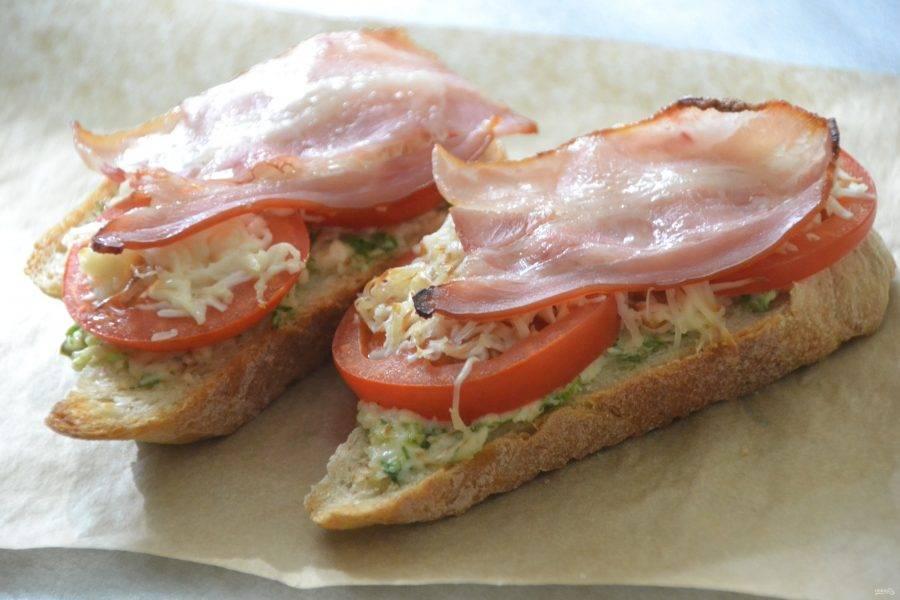 Запеченный бутерброд с беконом, томатами и сыром.