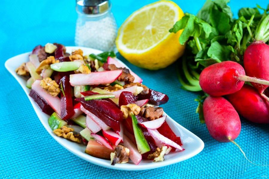 Выложите салат в порционную посуду и присыпьте жареными грецкими орешками. Приятного аппетита!