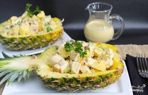 Получившийся салат выложите в половинки ананаса и подавайте своим гостям. Приятного аппетита!
