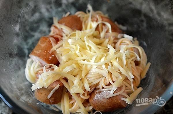 Посыпьте тертым сыром. Перемешайте.