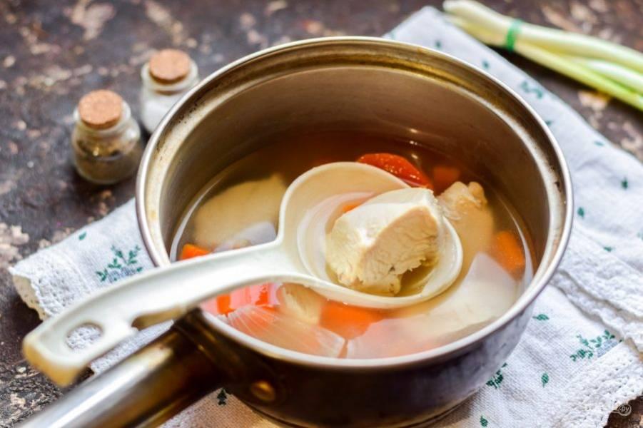 Куриную грудку нарежьте кусочками, переложите в кастрюлю, добавьте овощи, влейте воду. Варите 30 минут, до готовности всех ингредиентов.