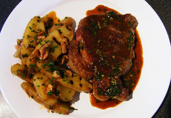7. На тарелку для подачи выложить кусочек мяса, щедро полив его соусом и картофель. Вот и все, аппетитная говядина под соусом в домашних условиях готова.