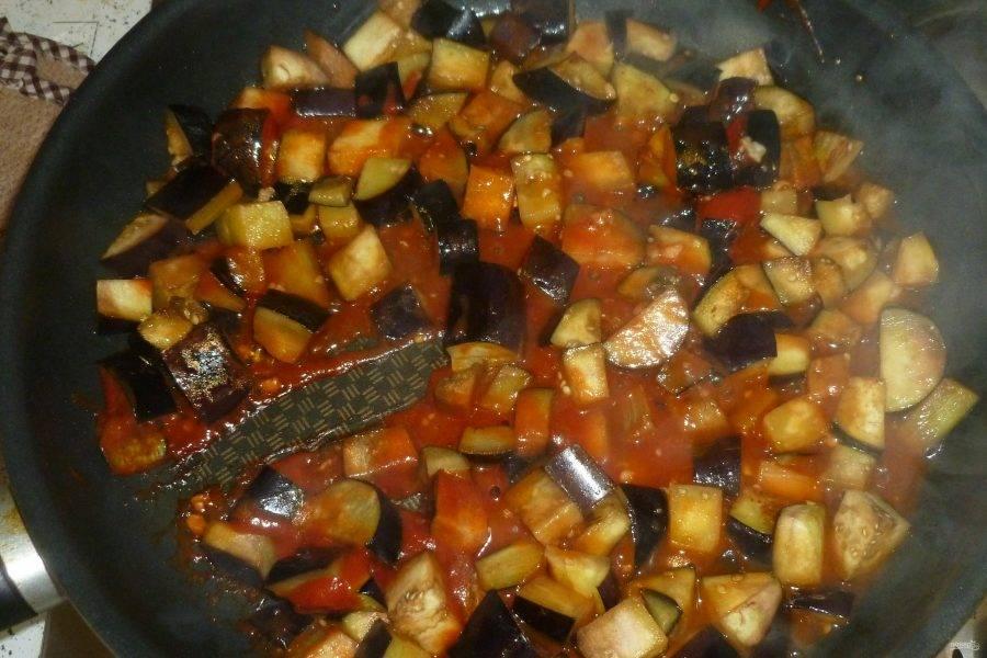 Добавьте томатную пасту, соль, перец, налейте немного кипятка и тушите до готовности овощей под крышкой.