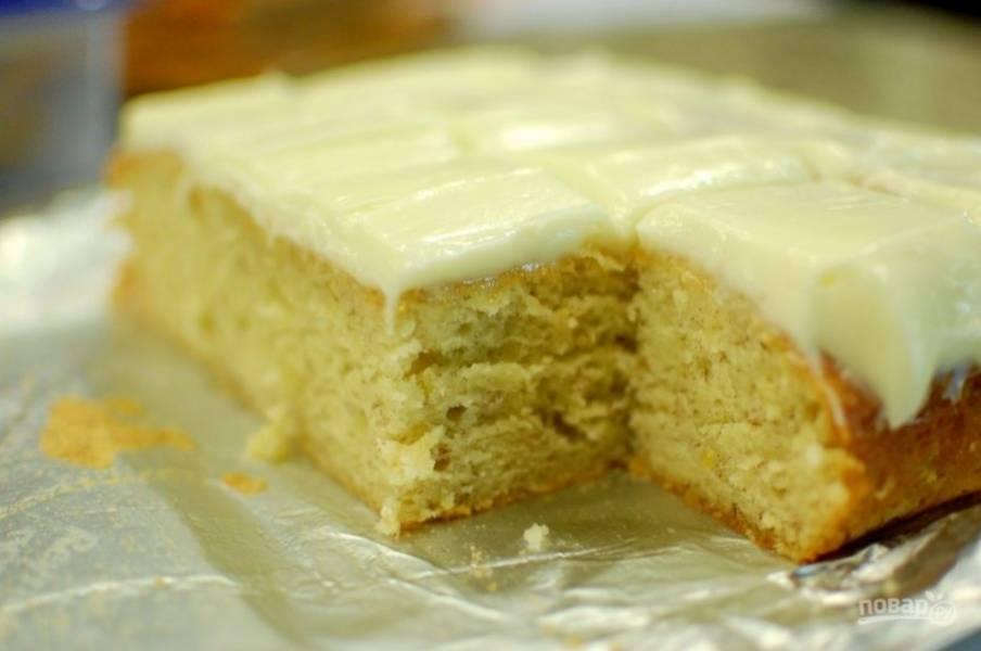 10.Охлажденный пирог достаньте из формы и смажьте глазурью, нарежьте его кусочками и наслаждайтесь.