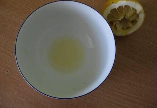 2. Отдельно смешаем лимонный сок и мед. Мед, если старый, можно растопить на водяной бане. Этим соусом заправляем конфетную смесь. Еще раз хорошо перемешаем.