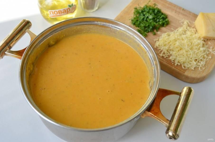 8. Доведите суп еще раз до кипения. Снимите с огня. Суп готов. Натрите сыр на мелкой терке, порежьте зелень.