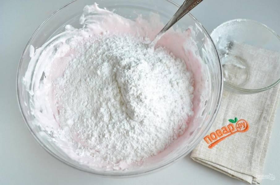 7. Вводите сахарную пудру частями, постоянно перемешивая ложкой.