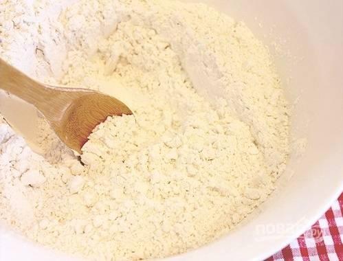 1. Дрожжи растворите в теплой воде. В глубокую мисочку просейте все сухие ингредиенты: муку, крахмал, соль, сухое молоко.