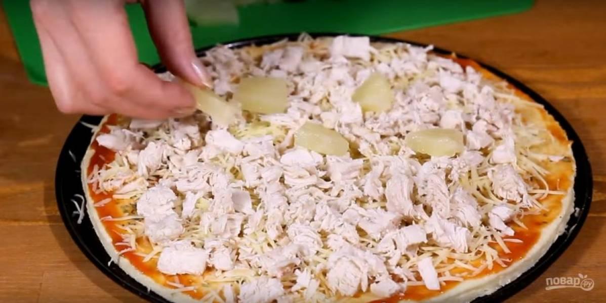 Выложите сыр, курицу, ананас.