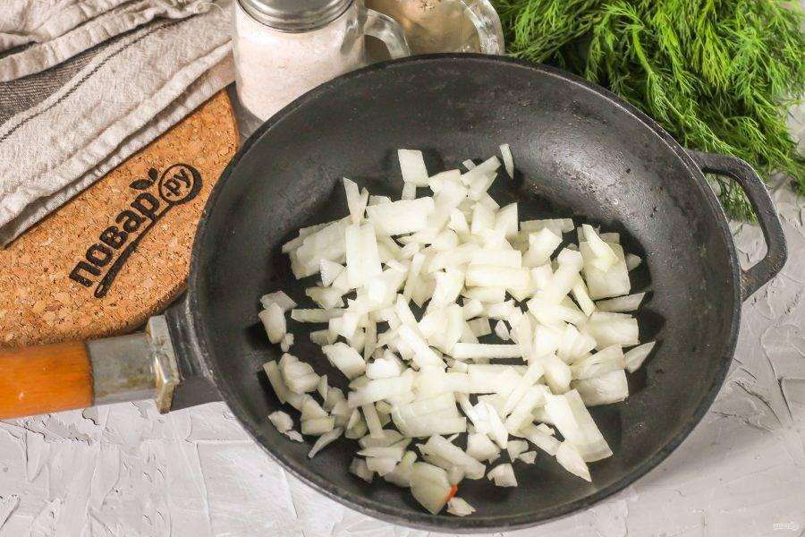 Репчатый лук очистите от кожуры, промойте вместе с помидорами. Из помидоров вырежьте зеленые сердцевинки. Лук нарежьте мелким кубиком и обжарьте в 40 мл. растительного масла до румяности примерно 3-4 минуты.