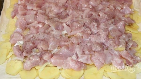 4. Распределите нарезанную мелко курочку. Добавьте соль и специи по вкусу.