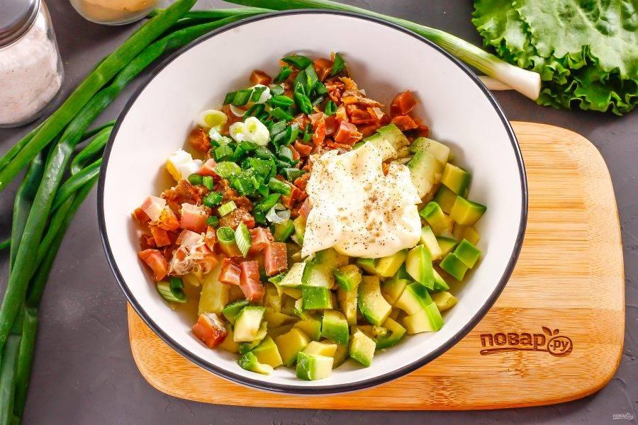 Промойте зеленый лук и измельчите, добавьте в емкость вместе с майонезом любой жирности, солью и молотым черным перцем. Аккуратно перемешайте все ингредиенты между собой.