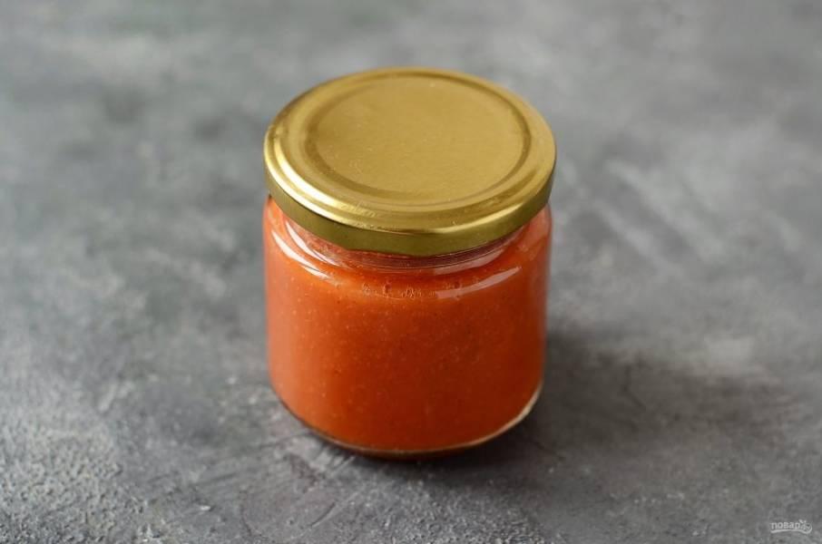 Перелейте готовый соус в банку, сверху добавьте тонкий слой растительного масла. Стерилизуйте банку в течение 5 минут.